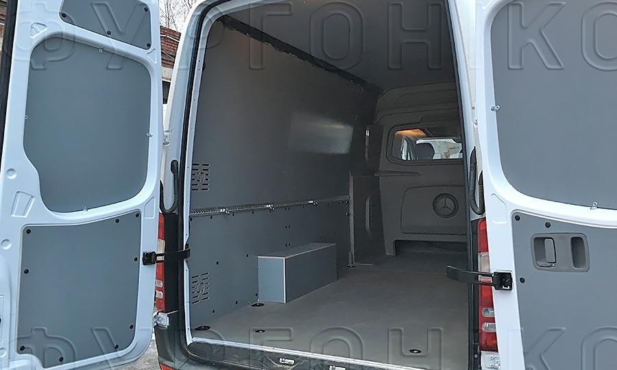 Обшивка фургона Mercedes-Benz Sprinter L3H2: Двери, пол, стены , арки и алюминиеавя рейка