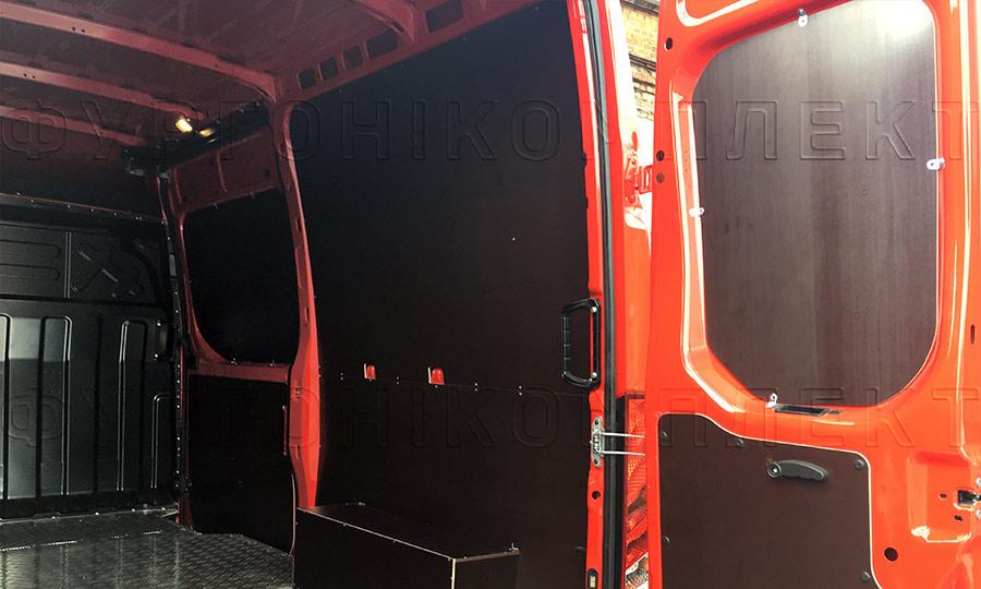 Обшивка фургона Iveco Daily L2H2: Двери, стены, пол и арки