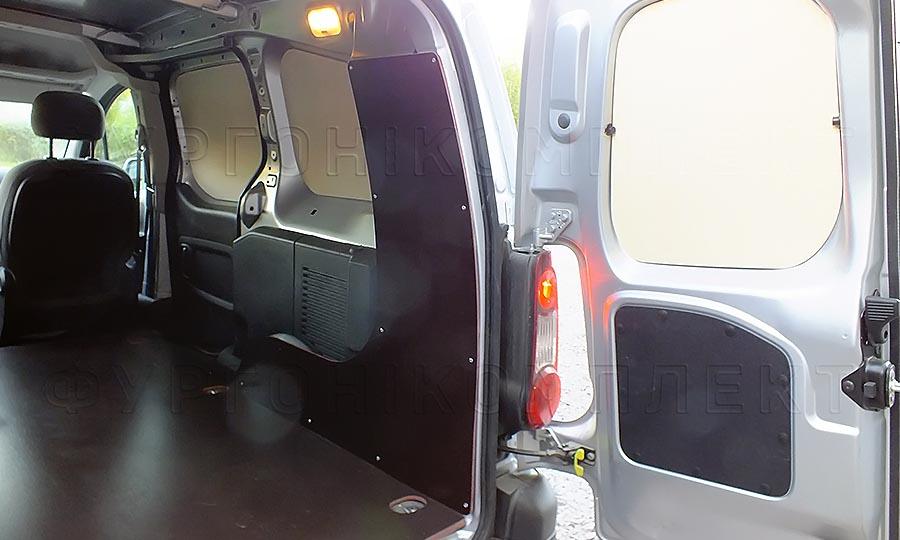 Обшивка фургона Citroën Berlingo L1H1: Пол, арки и двери