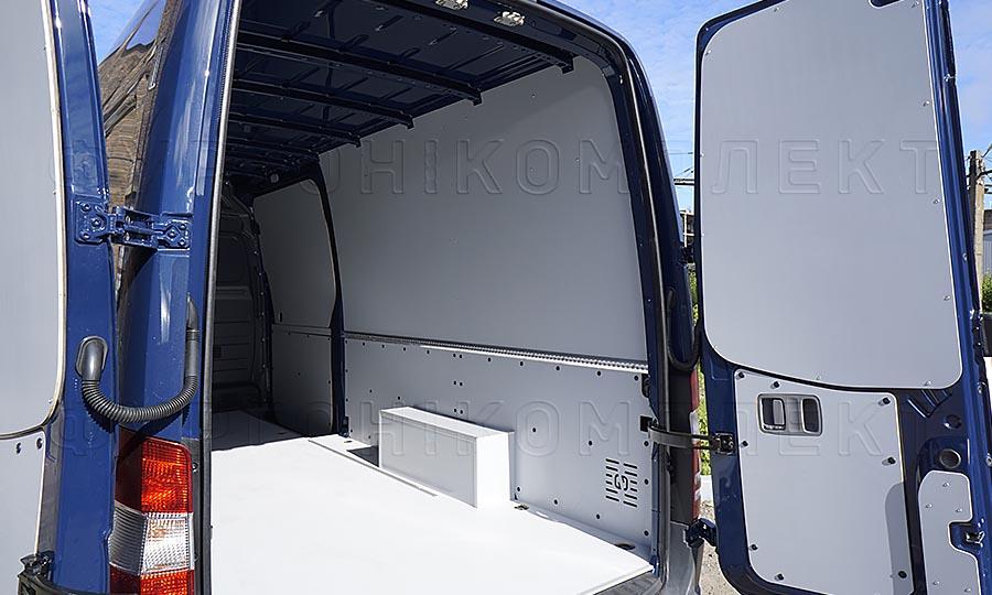 Обшивка фургона Mercedes-Benz Sprinter L3H2: Пол, стены, арки, задние двери и  алюминиевая рейка