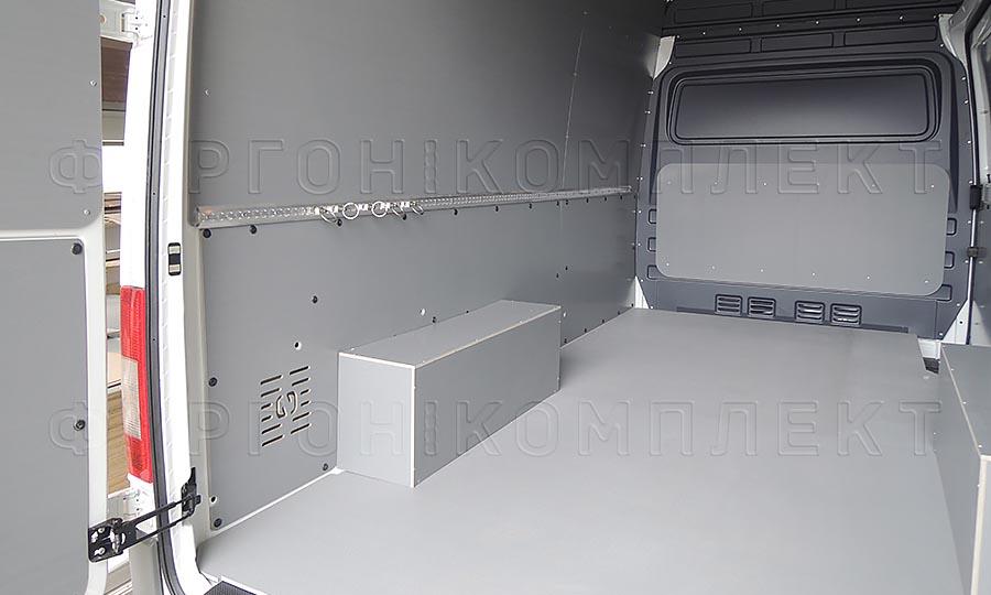 Обшивка фургона Volkswagen Crafter L2H2: Такелажная рейка с кольцами