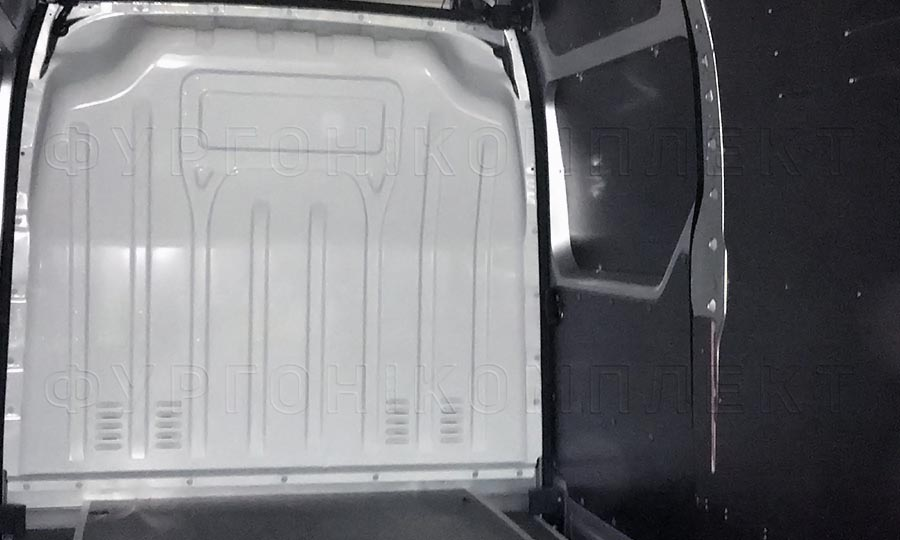 Обшивка фургона Iveco Daily L4H3: Вид на боковую дверь