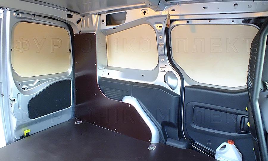 Обшивка фургона Peugeot Partner L1H1: Вид со стороны боковой двери