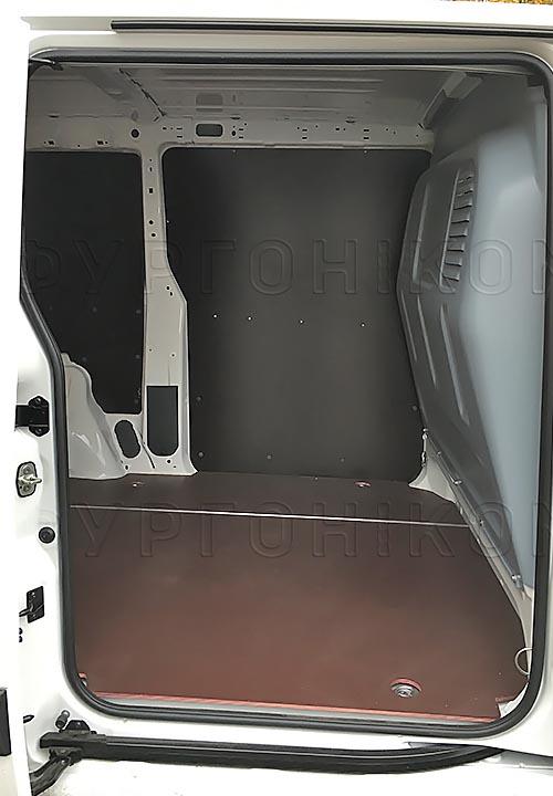Обшивка фургона Citroën Jumpy L1H1: Вид со стороны боковой двери