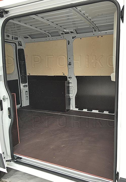 Обшивка фургона Citroën Jumper L1H1: Вид со стороны боковой двери