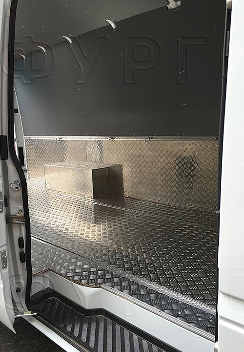 Обшивка фургона Mercedes-Benz Sprinter Classic L3H2: Вид со стороны боковой двери