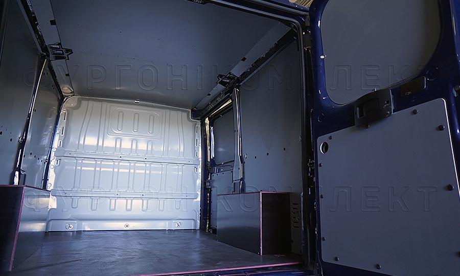 Обшивка фургона Peugeot Boxer L1H1: Вид со стороны задних дверей