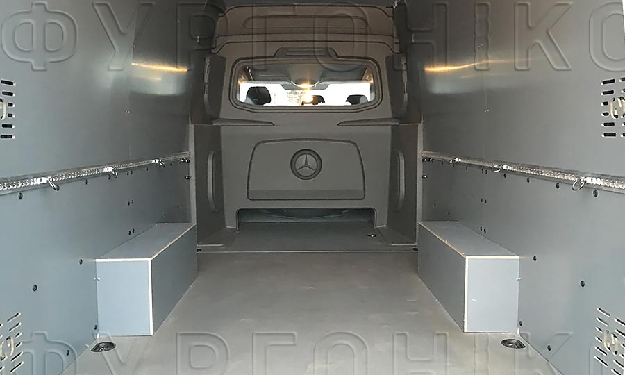 Обшивка фургона Mercedes-Benz Sprinter L3H2: Вид со стороны задних дверей