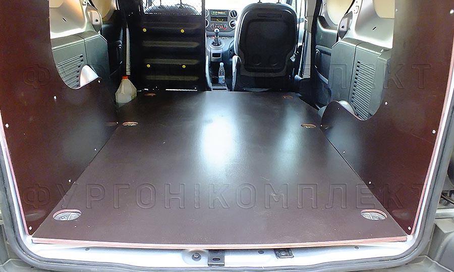Обшивка фургона Peugeot Partner L1H1: Вид со стороны задних дверей