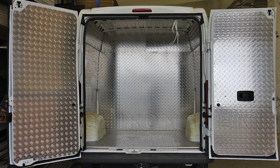 Обшивка фургона Citroën Jumper L2H2 грузопассажирский: Вид со стороны задних дверей