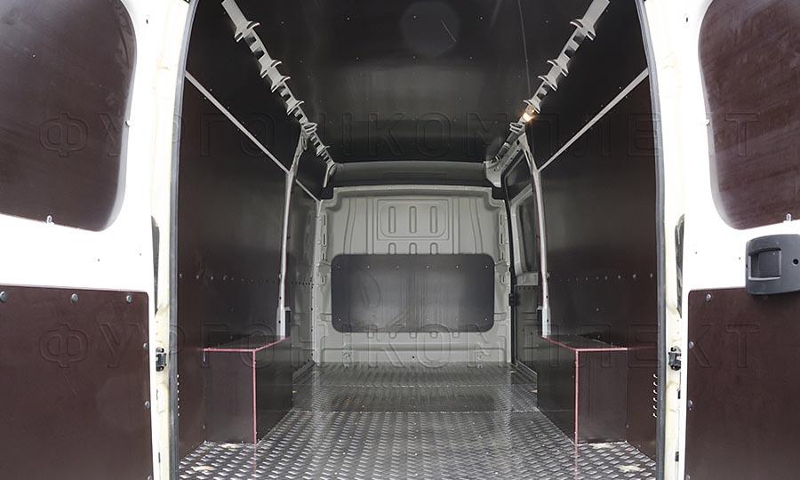 Обшивка фургона Peugeot Boxer L4H2: Вид со стороны задних дверей