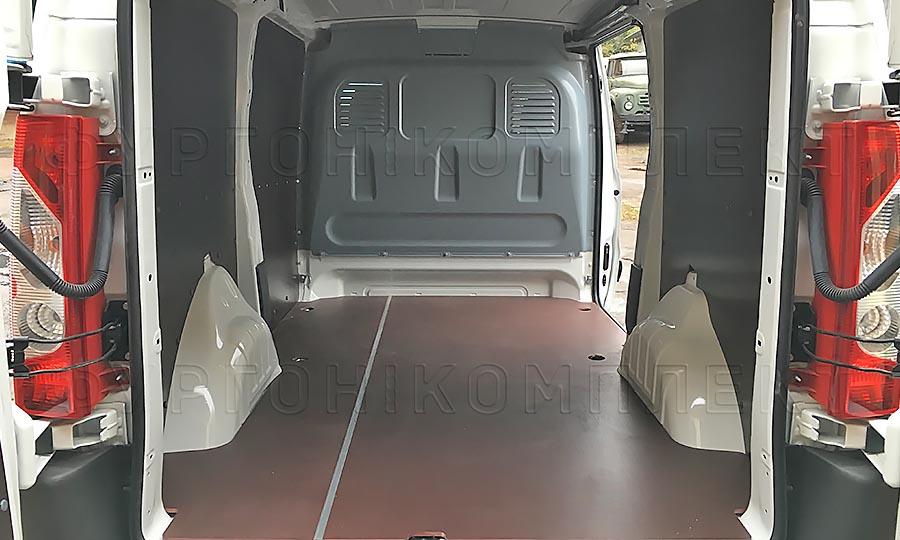 Обшивка фургона Citroën Jumpy L1H1: Вид со стороны задних дверей