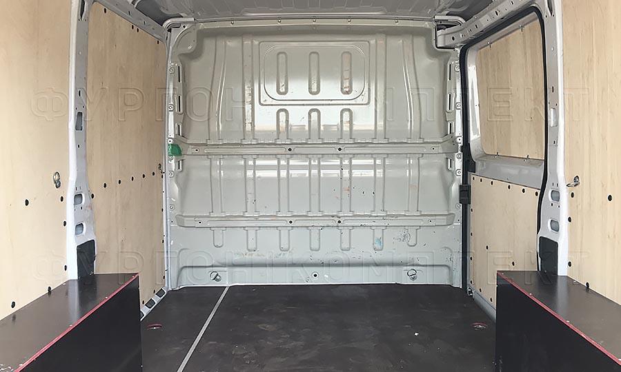 Обшивка фургона Citroën Jumper L1H1: Вид со стороны задних дверей