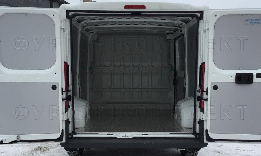 Обшивка фургона Fiat Ducato L1H1: Вид со стороны задних дверей