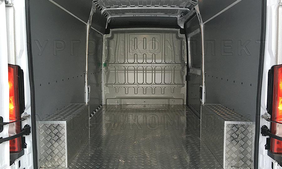 Обшивка фургона Peugeot Boxer L3H2: Вид со стороны задних дверей