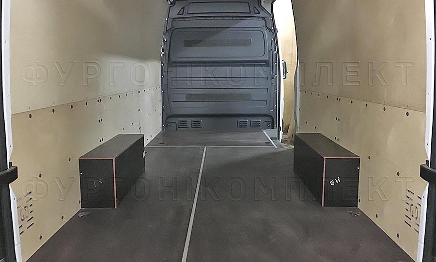 Обшивка фургона Mercedes-Benz Sprinter L3H2: Вид со стороны задних дверей
