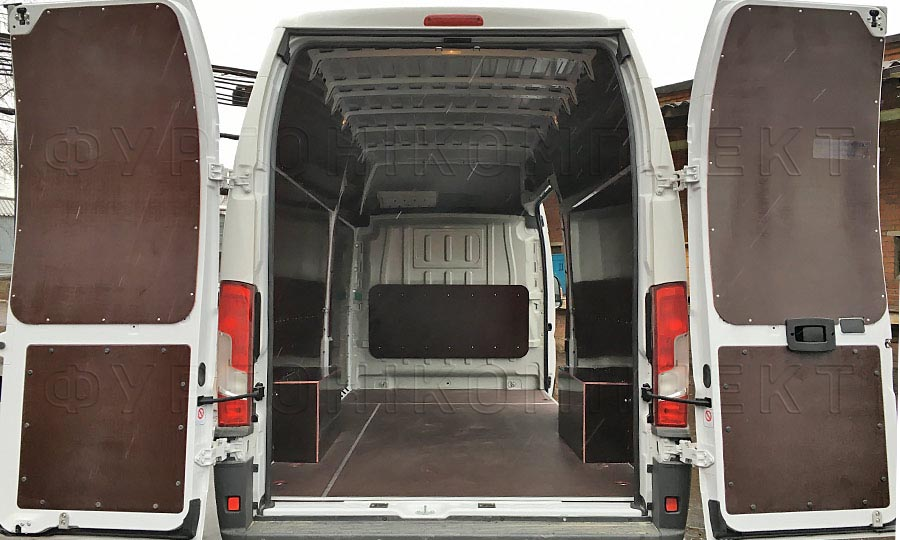 Обшивка фургона Peugeot Boxer L4H3: Вид со стороны задних дверей