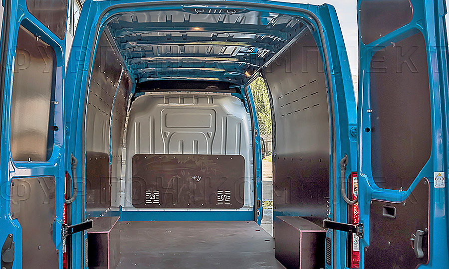 Обшивка фургона Nissan NV400 L3H2: Вид со стороны задних дверей