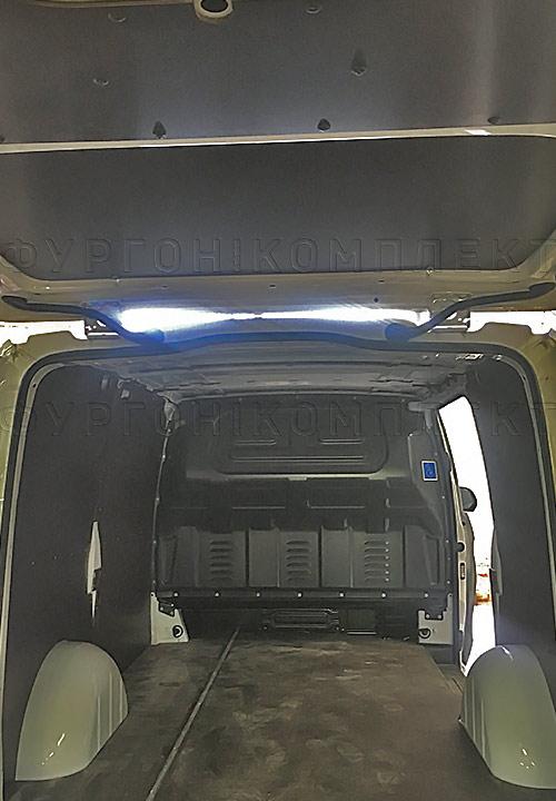 Обшивка фургона Mercedes-Benz Vito L2H1: Вид со стороны задних дверей