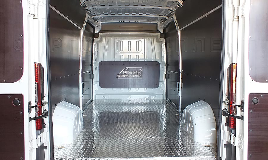 Обшивка фургона Citroën Jumper L2H2: Вид сос тороны задних дверей