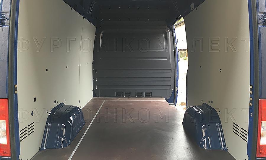Обшивка фургона Mercedes-Benz Sprinter Classic L2H2: Вид сос тороны задних дверей