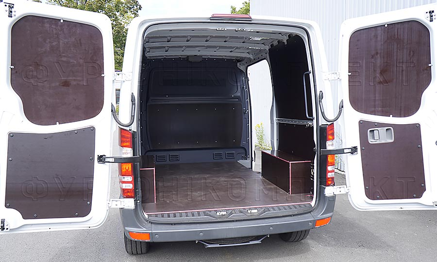 Обшивка фургона Volkswagen Crafter L1H1: Вид сзади