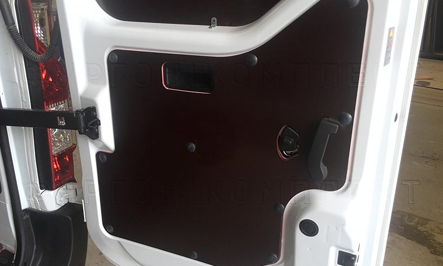 Обшивка фургона Opel Movano L2H2: Задняя дверь