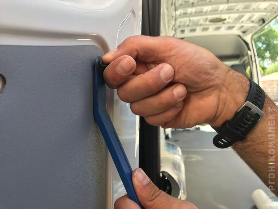 Удаление пистонов из задней двери фургона